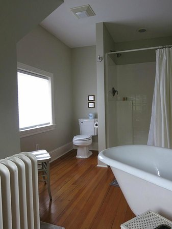 Shurtleff Cottage: Top floor bathroom - toilet, shower & tub