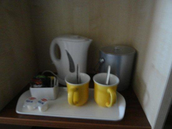 Holiday Inn Express Dublin Airport: coffee tray