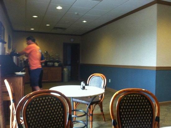 Red Roof Inn & Suites DeKalb: Breakfast