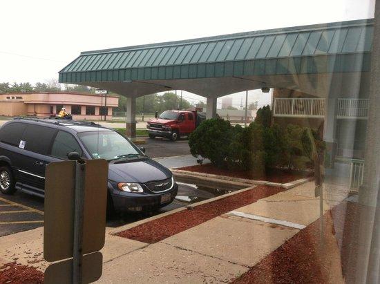Red Roof Inn & Suites DeKalb: parking lot