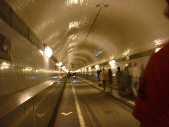Alter Elbtunnel: Пешеходная зона в туннеле