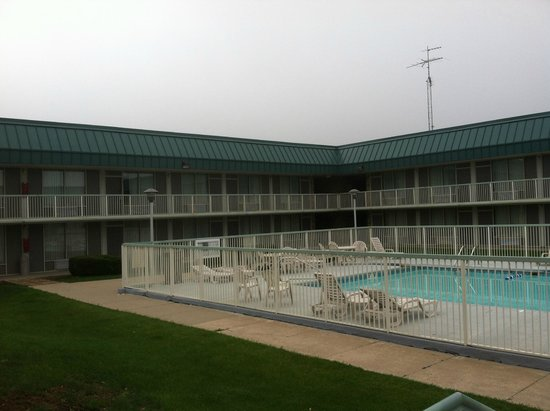 Red Roof Inn & Suites DeKalb: Pool