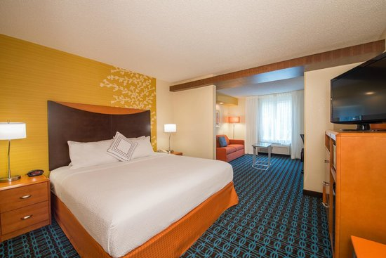 Fairfield Inn & Suites Indianapolis Northwest : King Suites - separate living and bedroom areas
