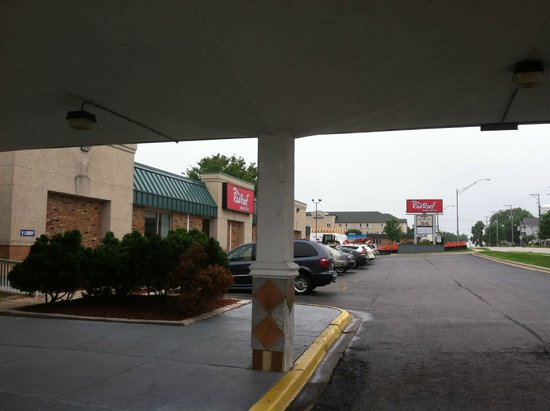 Red Roof Inn & Suites DeKalb: Outside looking left