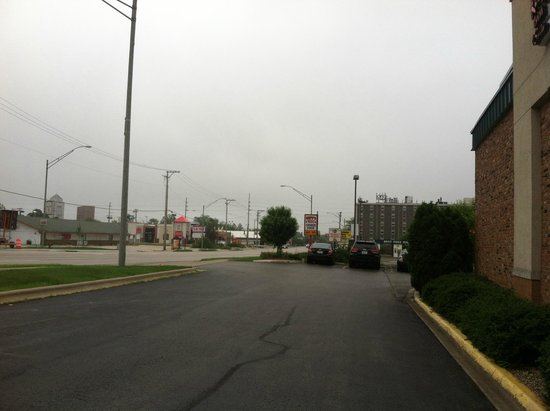 Red Roof Inn & Suites DeKalb : Looking right outside of front of hotel