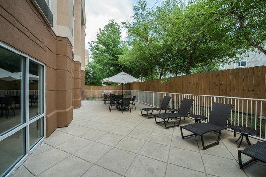 Fairfield Inn & Suites Indianapolis Northwest : Outdoor Patio & BBQ Area