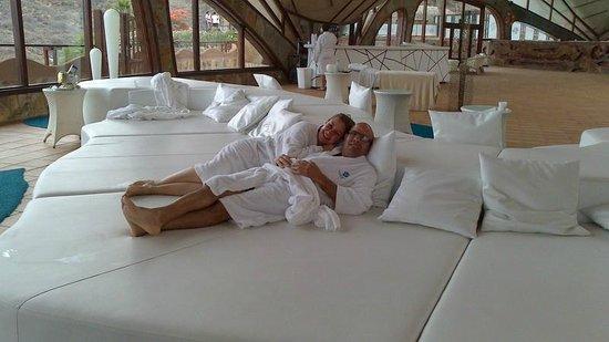 Gloria Palace San Agustín Thalasso & Hotel: relajandonos despues del baño en la picina tan relajante...