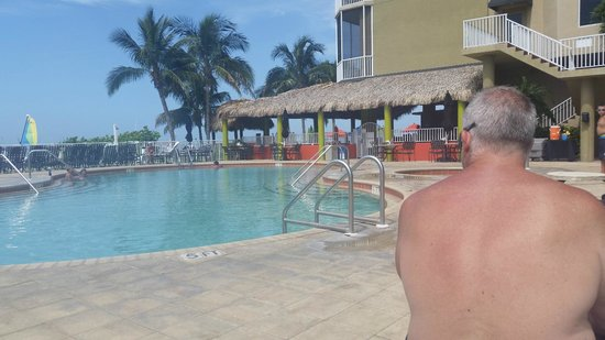 DiamondHead Beach Resort: morning at the pool