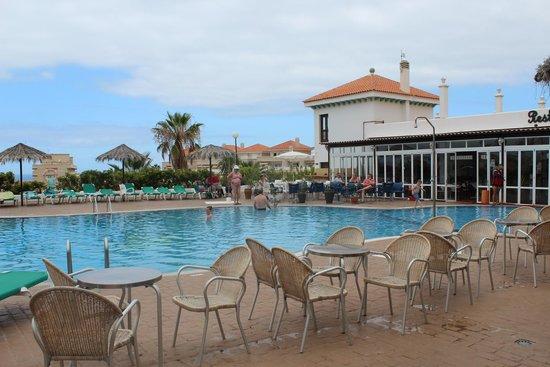 Blue Sea Callao Garden: pool with bar adn dining place inside