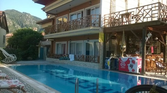 Mavera Hotel: Pool & Bar