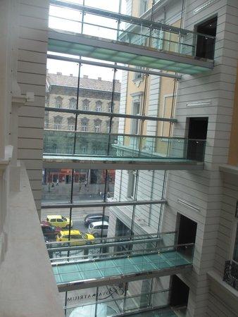 Corinthia Hotel Budapest : passage en verrière