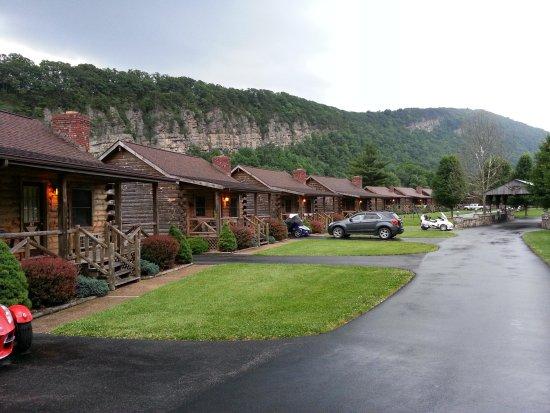 Smoke Hole Caverns & Log Cabin Resort : Cabins