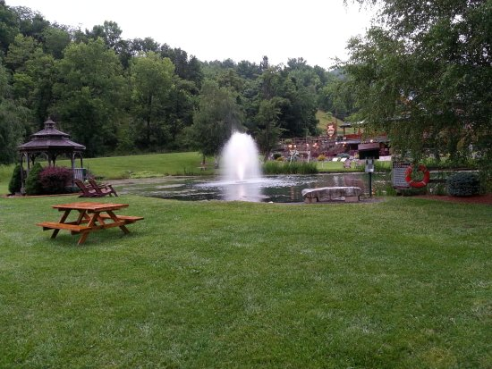 Smoke Hole Caverns & Log Cabin Resort : Trout Pond