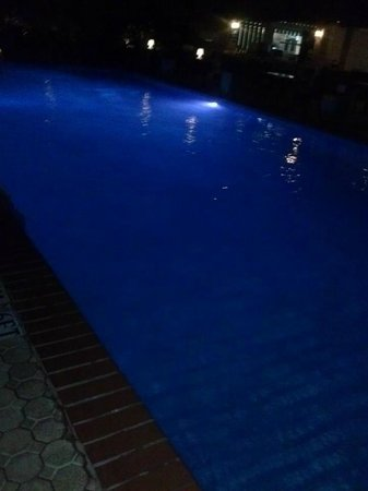 Manchebo Beach Resort & Spa : Night view of the pool