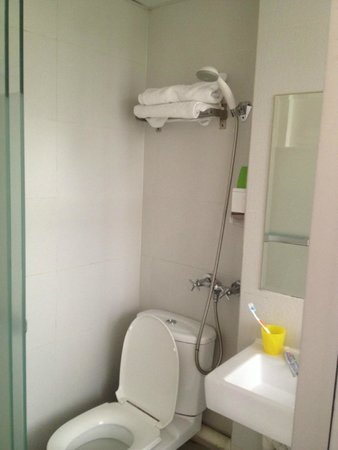 Panda's Hostel: shower room