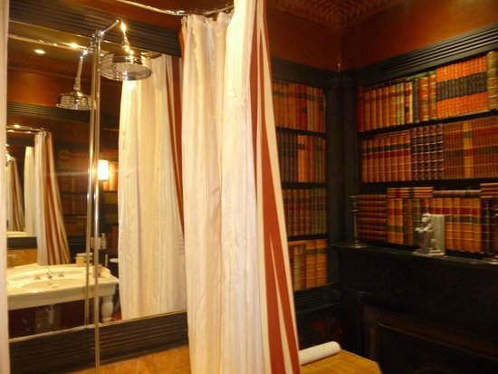 The Witchery by the Castle: Bathroom