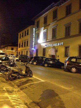 Select Hotel : Fachada durante noite