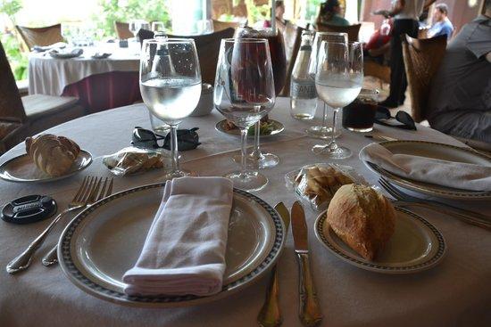 Timon de Roche: nett gedeckter Tisch