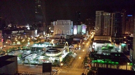 Aloft Chicago City Center: nighttime view