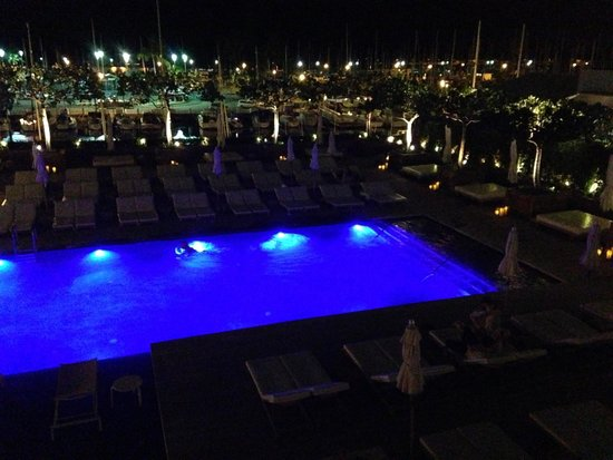 The Modern Honolulu: view from upper pool to lower, the live ukulele musicians can be heard via underwater speakers!