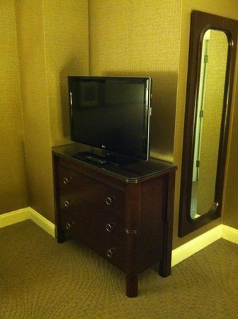 Sheraton Wilmington South : TV in the Living room area