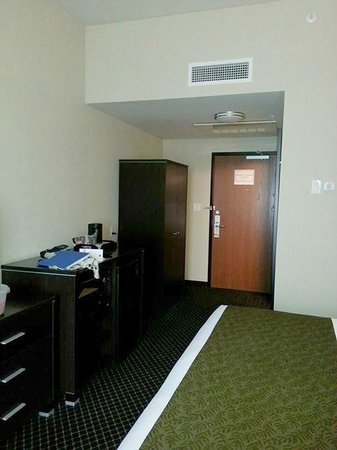 Quality Inn & Suites: view of the entrance to the room, on the right side is a bathroom behind the wall