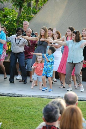 Fairmont Orchid, Hawaii: Learning how to hula at Fairmont Orchid Gathering Kings Luau