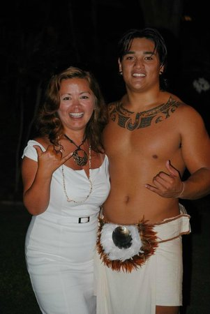 Fairmont Orchid, Hawaii: Muah with one of the warrior dancers from Fairmont Orchid Gathering Kings Luau :)