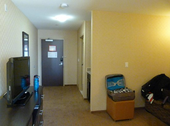 Holiday Inn Express Hotel & Suites Riverport: Junior Suite view towards entrance