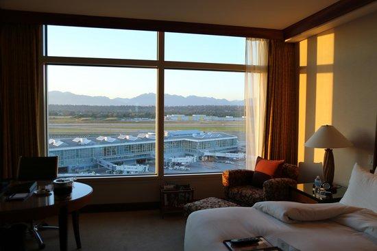 Fairmont Vancouver Airport: Vue sur le tarmac depuis la chambre