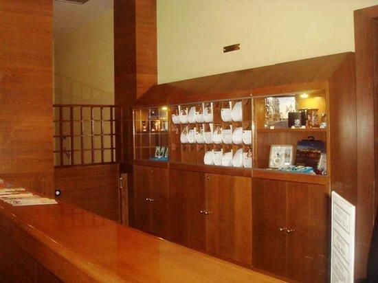 Abri: холл отеля
