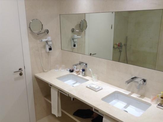 Olissippo Saldanha : vue des vasques de la salle de bain