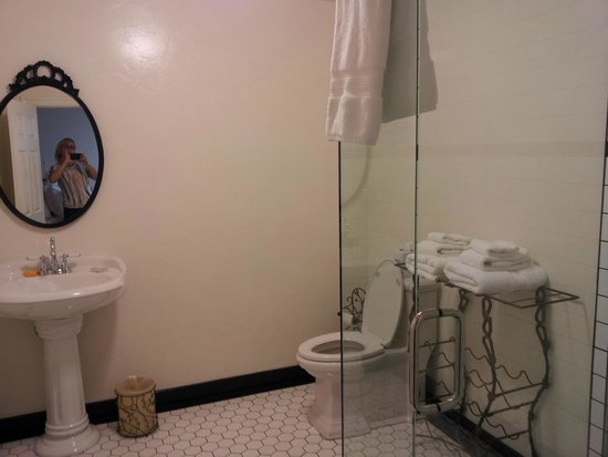 Jamestown Hotel : Our bathroom.