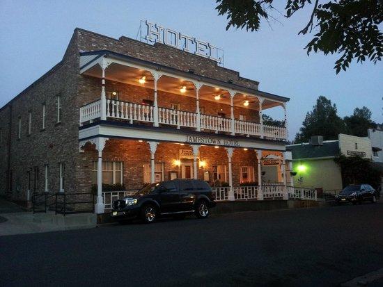 Jamestown Hotel : At sunset, we sat on the upstairs veranda.