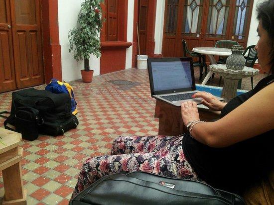 Posada San Rafael Inn : Con las maletas fuera de la habitación, a la espera de que nos recojan para ir al aeropuerto. A