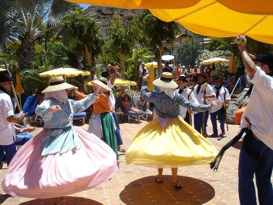 Cordial Mogan Playa: Tanzgruppen von Lanzarote und La Palma tanzen im Poolbereich