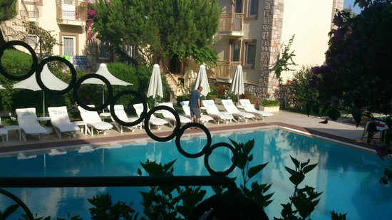 Moonshine Hotel & Suites: Вид на бассейн