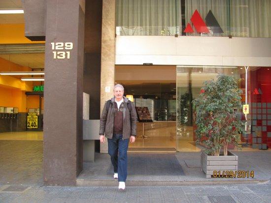 Atenea Calabria Apartaments: вход - справа в отель, слева в супермаркет