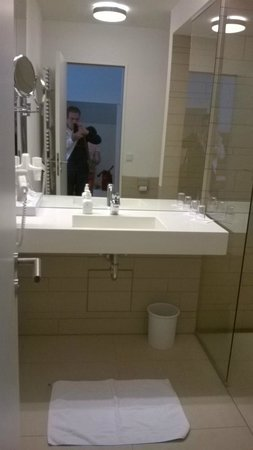 Hotel Ochsen: moderne en compleet ingerichte badkamer.