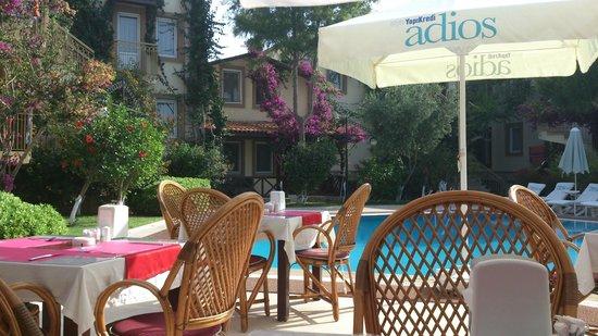 Moonshine Hotel & Suites : Завтрак в ресторане