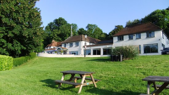 Shillingford Bridge Hotel: partial view of the hotel from the river bank
