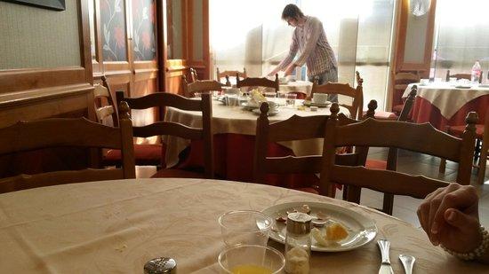 Grand Hotel Fleming: Im Hintergrund ein Gast der sich selbst den Tisch frei räumt