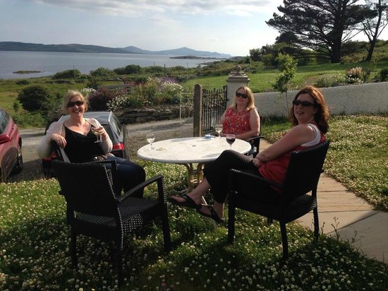 Gallan Mor Boutique Bed and Breakfast: Glass of wine sets the tone for the weekend :-)