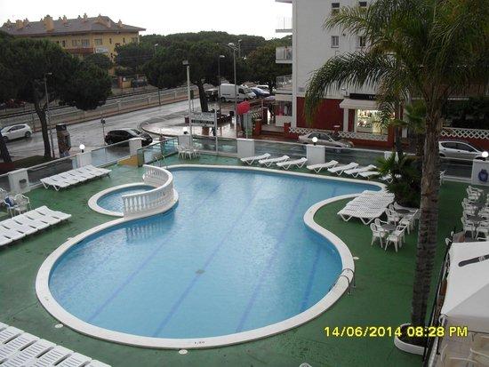 Sumus Hotel Monteplaya: вид из номера 214 на соседний отель
