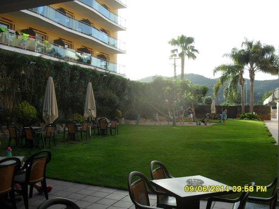 Sumus Hotel Monteplaya : детская площадка на территории отеля