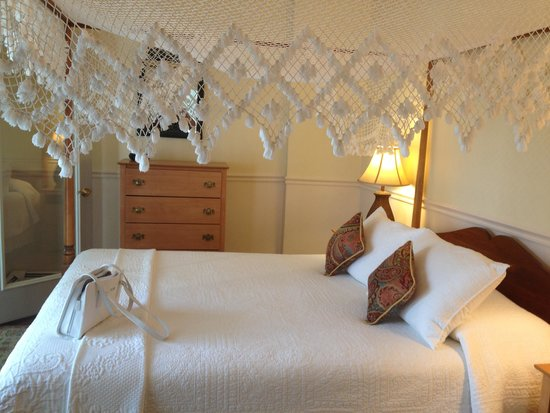 Queen Anne Inn Cafe & Lounge: Romantic and comfy bed!