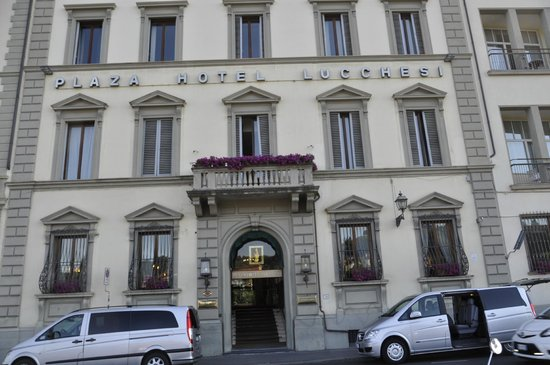 Plaza Lucchesi Hotel: From the street