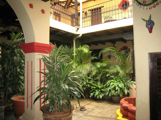 Posada Los Bucaros: courtyard view from lower level