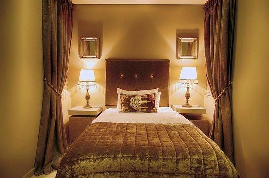 Heritage Square Apartments: room/classique