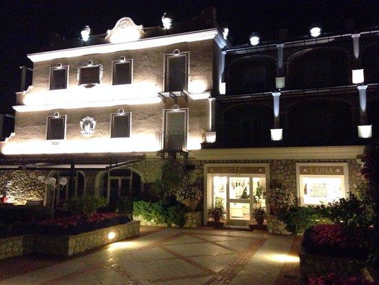 Hotel Luna : Hotel at night